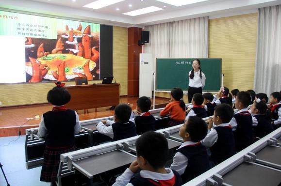 王卓慧老师执教的《一园青菜成了精》选择了一个琅琅上口的绘本小童谣